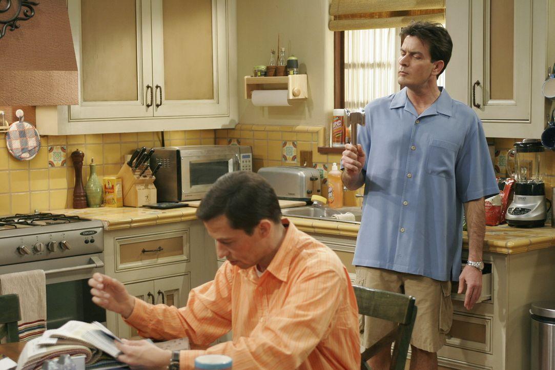 Alan (Jon Cryer, l.) ist deprimiert, da sein Sohn Jake flügge wird, Charlie (Charlie Sheen, r.) versucht ihn aufzuheitern ... - Bildquelle: Warner Brothers Entertainment Inc.