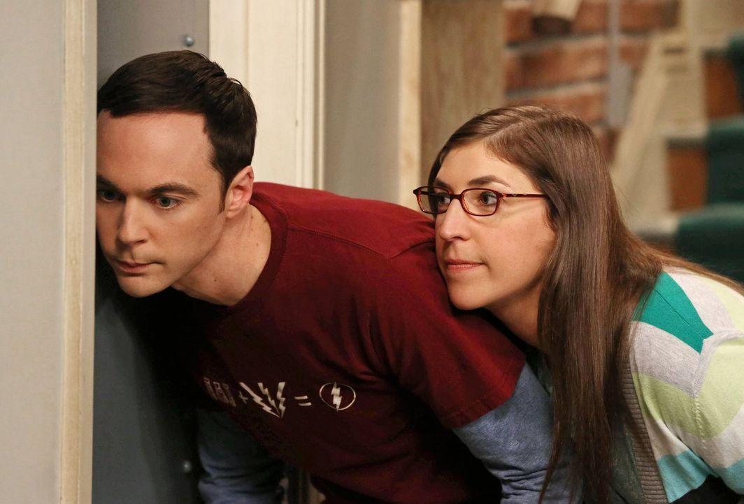 Sheldon (Jim Parsons, l.) und Amy (Mayim Bialik, r.) hegen den Verdacht, dass Penny Leonard betrügt und gehen auf Horchposten ... - Bildquelle: Warner Bros. Television