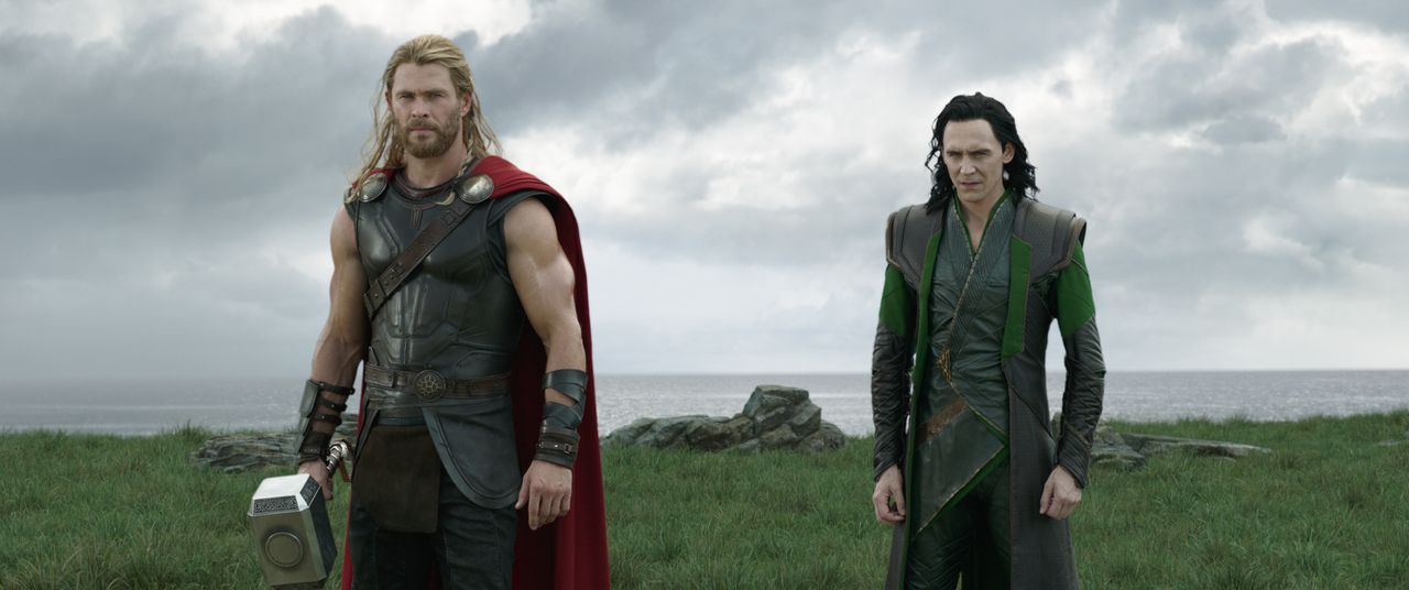 Thor (Chris Hemsworth, l.); Loki (Tom Hiddleston, r.) - Bildquelle: Marvel Studios 2017