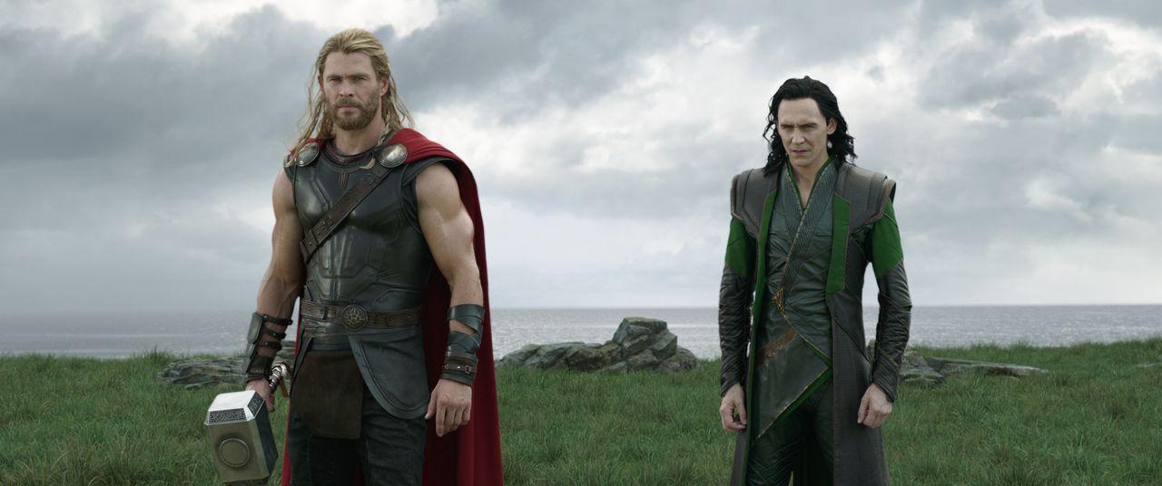 Thor (Chris Hemsworth, l.); Loki (Tom Hiddleston, r.) - Bildquelle: Marvel Studios 2017