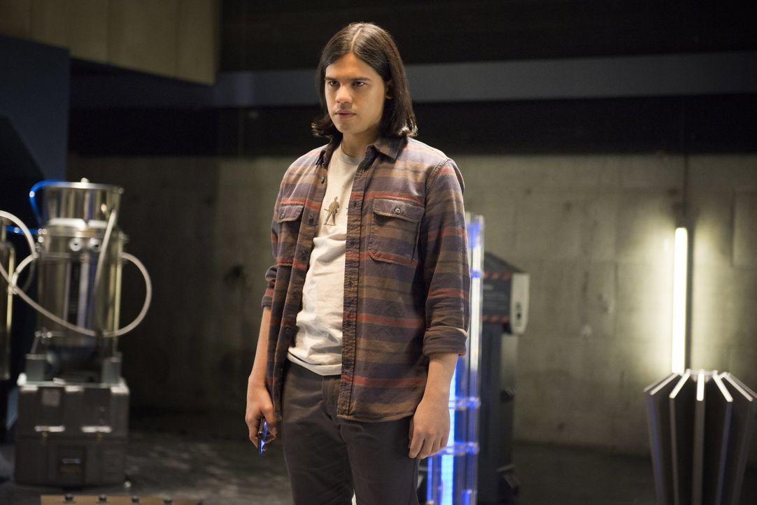 Um endlich die Wahrheit über seine angeblichen Träume zu erfahren, wagt Cisco (Carlos Valdes) einen Versuch ... - Bildquelle: Warner Brothers.