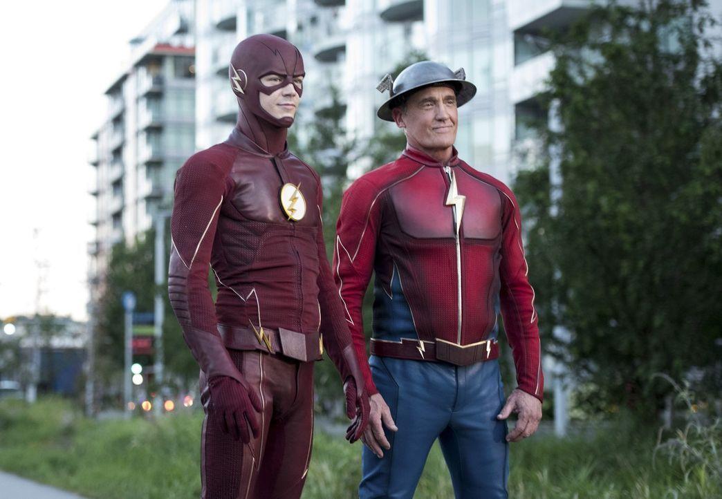 Als ein Feind aus der alternativen Gegenwart in Central City auftaucht, muss sich Barry alias Flash (Grant Gustin, l.) schlussendlich eingestehen, d... - Bildquelle: 2016 Warner Bros.