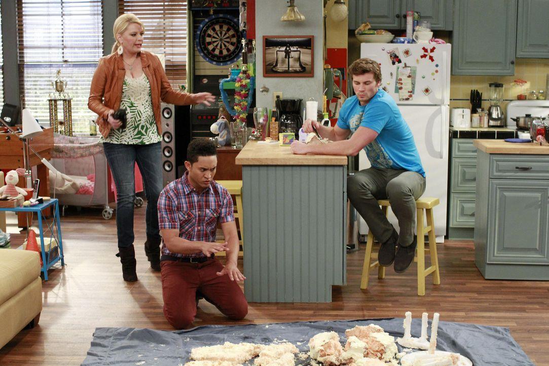 Stehen vor einem großen Problem: Bonnie (Melissa Peterman, l.), Danny (Derek Theler, r.) und Tucker (Tahj Mowry, M.) ... - Bildquelle: Ron Tom ABC Family
