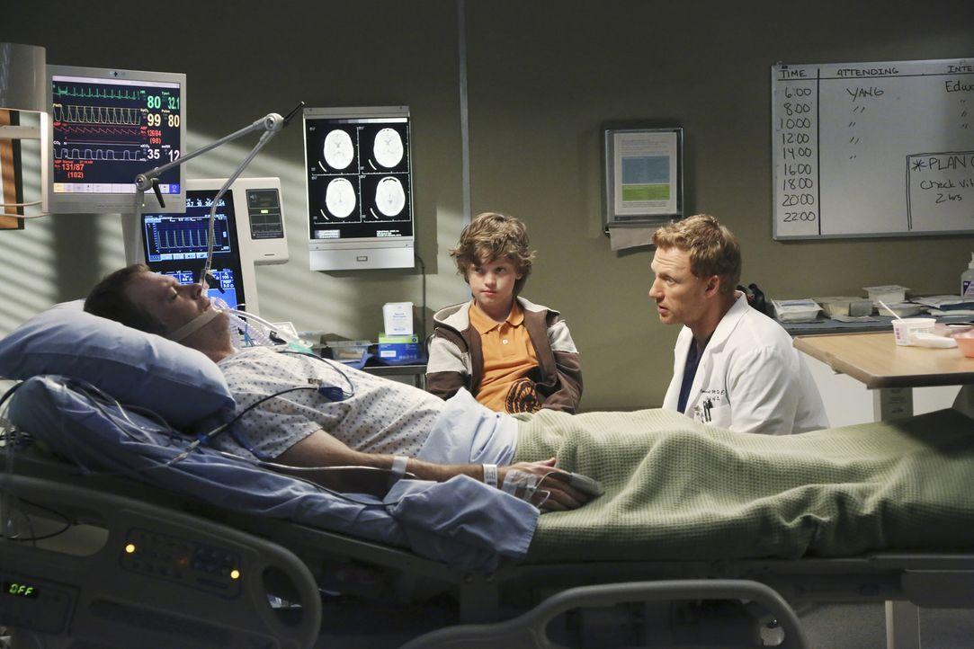 Paul Dawson (Michael Bale, l.) erwacht endlich aus seinem Koma. Sein Sohn Ethan (Kyle Silverstein, M.) ist überglücklich, während Owen (Kevin McK... - Bildquelle: ABC Studios