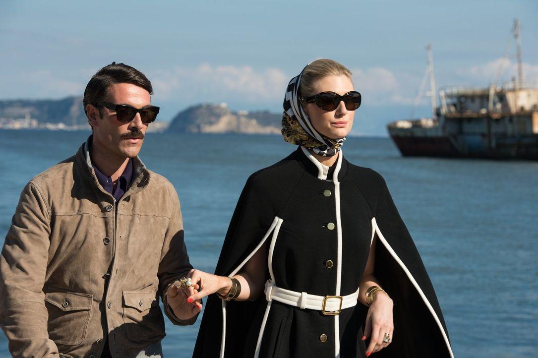 Die beiden Nazi-Sympathisanten Alexander (Luca Calvani, l.) und seine Frau Victoria Vinciguerra (Elizabeth Debicki, r.) planen den Bau einer zerstör... - Bildquelle: Warner Bros.