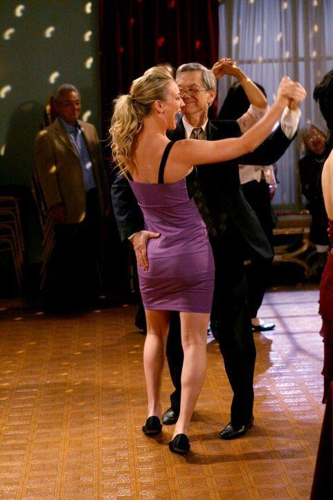 Haben Spaß zusammen: Penny (Kaley Cuoco, l.) und ihr Tänzer (Gabriel Tsai, r.) ... - Bildquelle: Warner Bros. Television