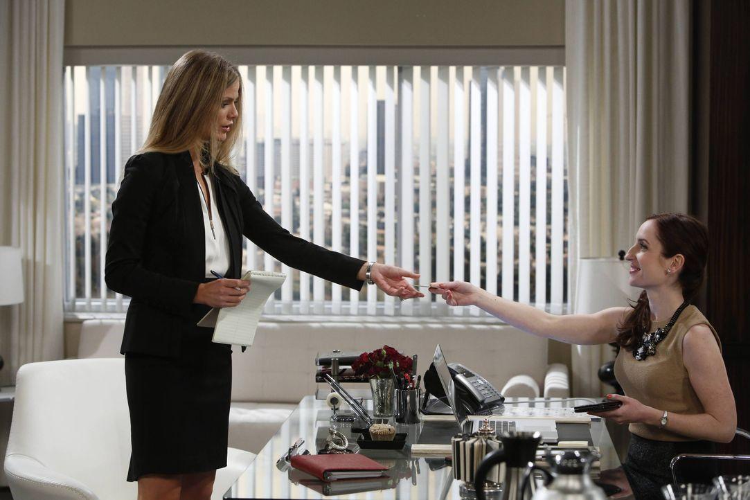 Wie wird sich Jules (Brooklyn Decker, l.) als Aushilfs-Assistentin von Kate (Zoe Lister-Jones, r.) schlagen? - Bildquelle: 2013 CBS Broadcasting, Inc. All Rights Reserved.