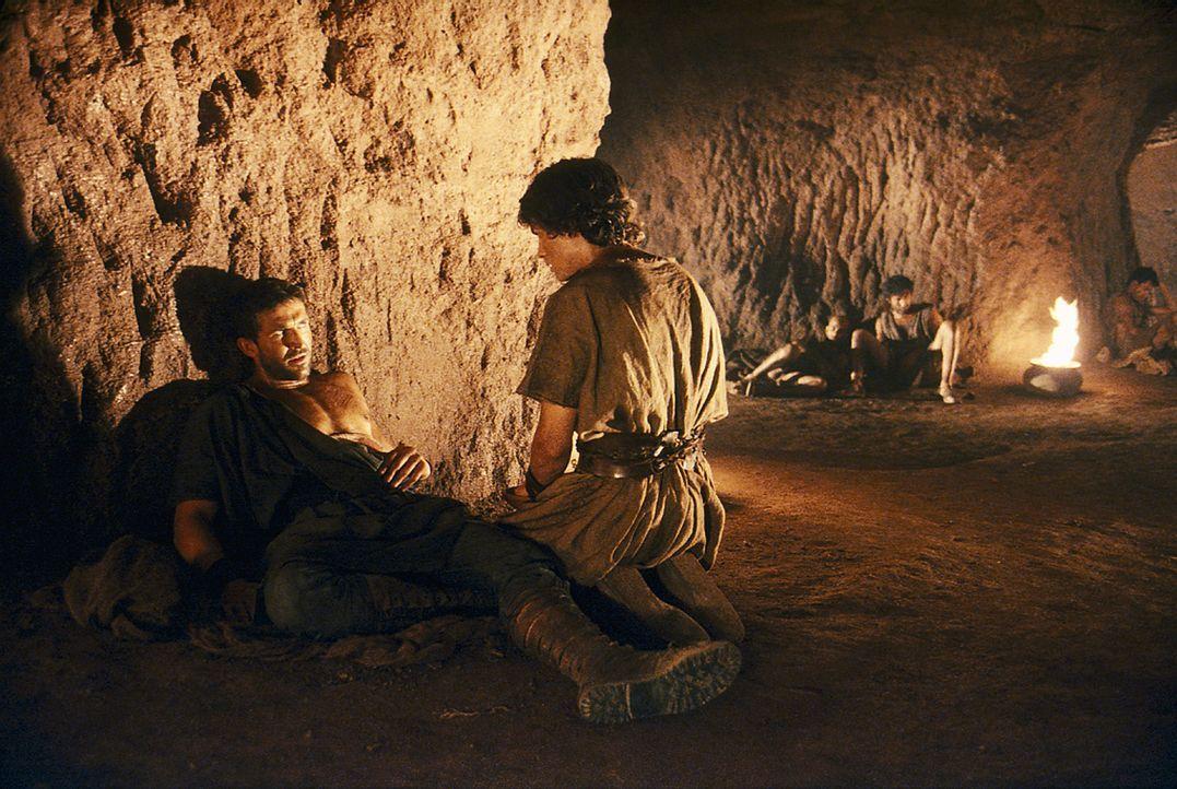 Um nicht erkannt zu werden, lässt sich Tyrannus (Jonathan Cake, l.) anstelle von Octavius (Santiago Cabrera, r.) von Atticus halb tot schlagen ... - Bildquelle: Hallmark Entertainment