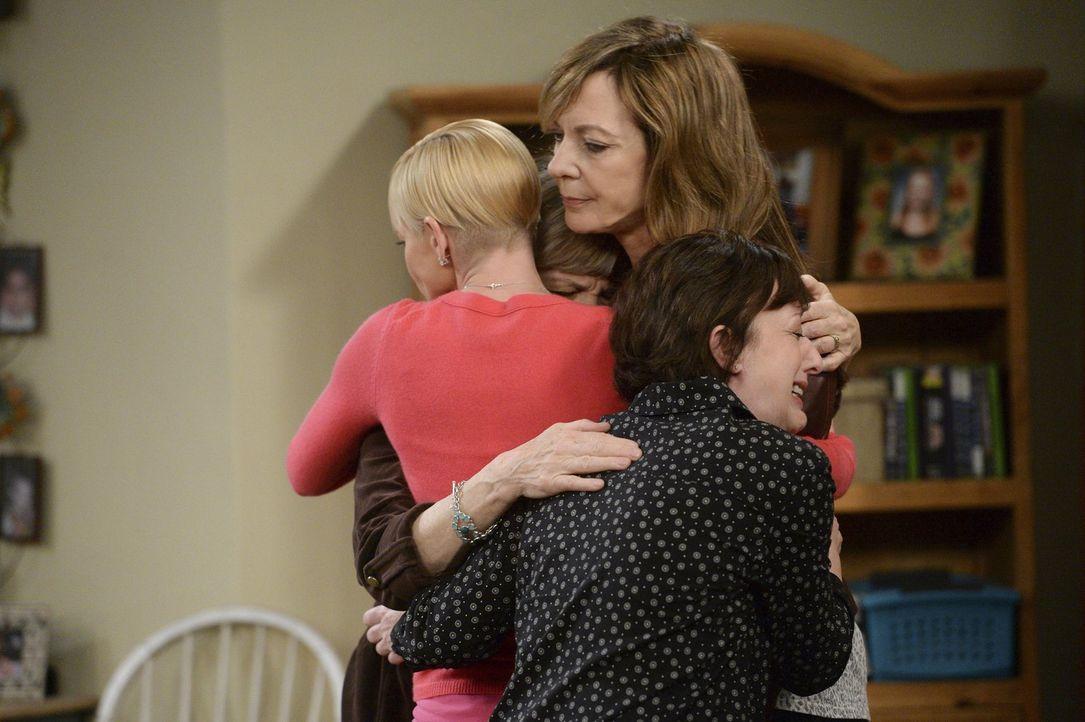 Mit einem Rückfall hat niemand gerechnet. Bonnie (Allison Janney, M.) bekommt Unterstützung von Jill (Jamie Pressly, l.) und Wendy (Beth Hall, r.) .... - Bildquelle: Warner Bros. Television