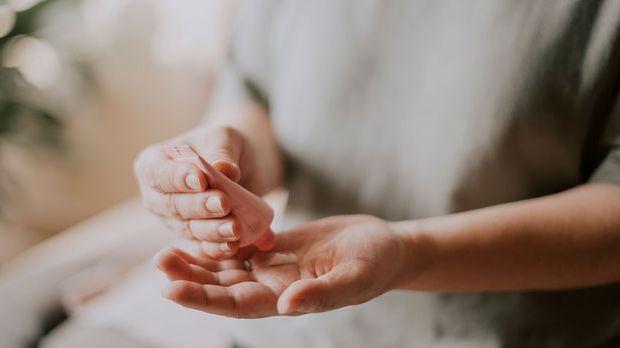 Pflege deine Nägel mit einer feuchtigkeitsspendenden Hand- und Nagelcreme und...