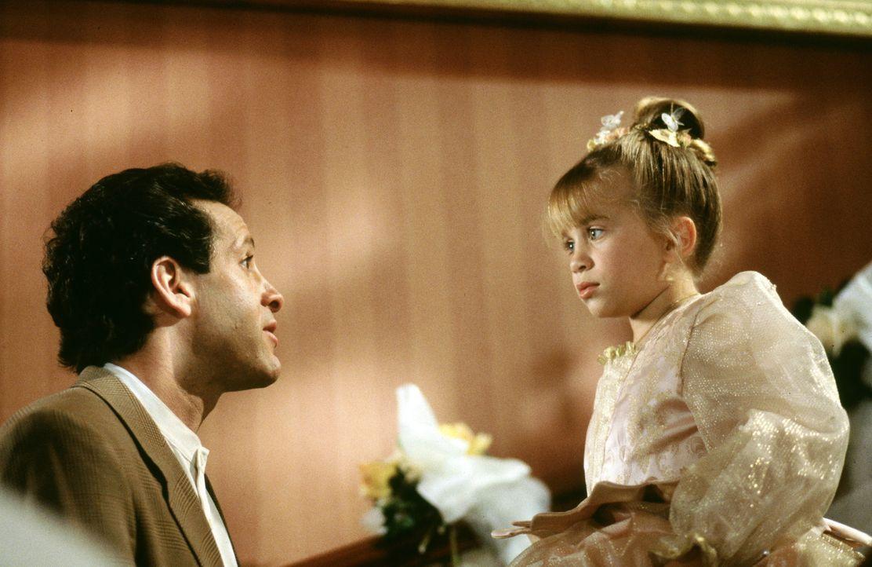 Alyssa (Ashley Olsen, r.) möchte ihren Vater Roger (Steve Guttenberg, l.) von der Hochzeit mit der biestigen Clarice abhalten - doch wie schafft si... - Bildquelle: Warner Bros.