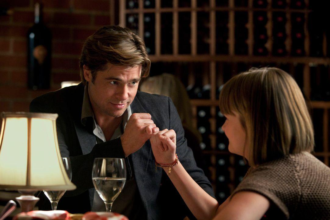 Ein perfektes Team: Billy Beane (Brad Pitt, l.) und seine Tochter Casey (Kerris Dorsey, r.) ... - Bildquelle: 2011 Columbia TriStar Marketing Group, Inc.  All rights reserved.