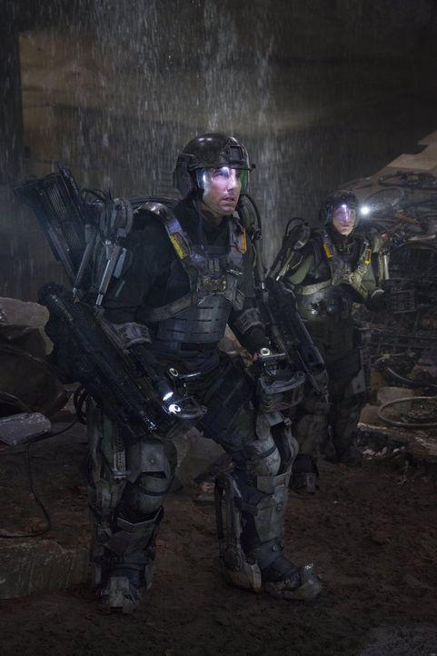 Sterben tausend Tode: Major Bill Cage (Tom Cruise, l.) und Sergeant Rita Vrataski (Emily Blunt, r.) werden im Kampf gegen die Mimics, einer feindlic... - Bildquelle: Warner Bros. Television