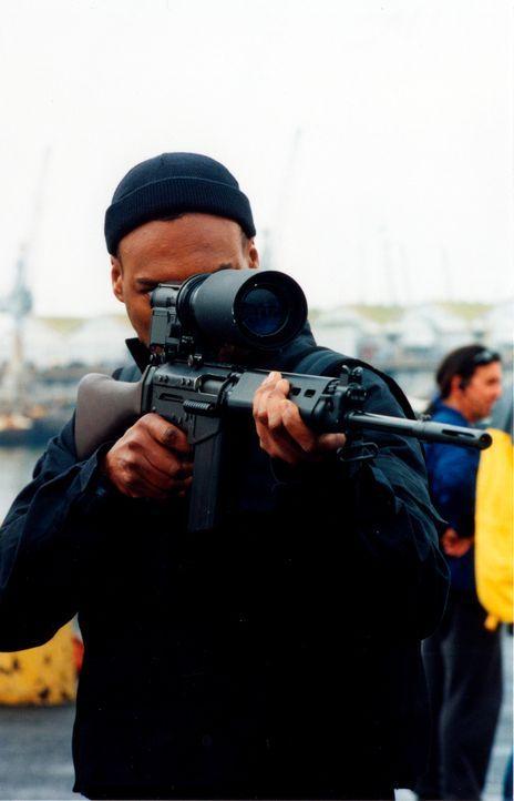 Setzt sein Leben für die Gerechtigkeit ein: Cooper (Colin Salmon) ... - Bildquelle: 2001 atlas Film & TV Produktion GmbH