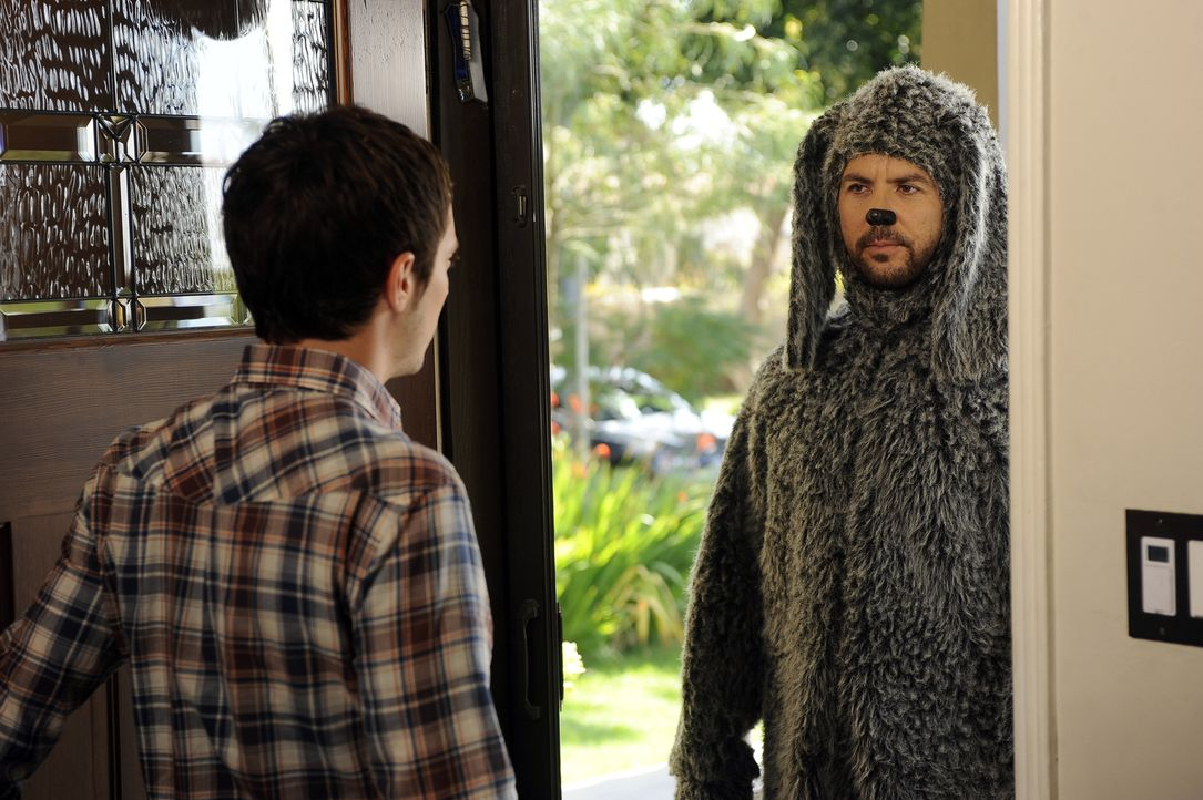 Haben Ärger mit einem besonders aggressiven Nachbarn: Wilfred (Jason Gann, r.) und Ryan (Elijah Wood, l.) - Bildquelle: 2011 FX Networks, LLC. All rights reserved.