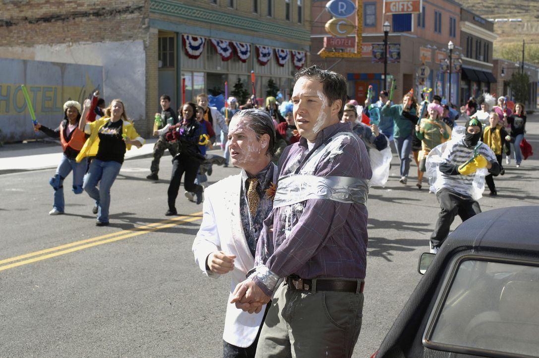 """Verrechnet: Hotelbesitzer Merv (Jason Earles, l.) hat nicht damit gerechnet, dass der Erfinder des Superhelden """"Tripp Zoome"""" , der erfolgreiche Auto... - Bildquelle: Disney Enterprises, Inc.  All rights reserved"""