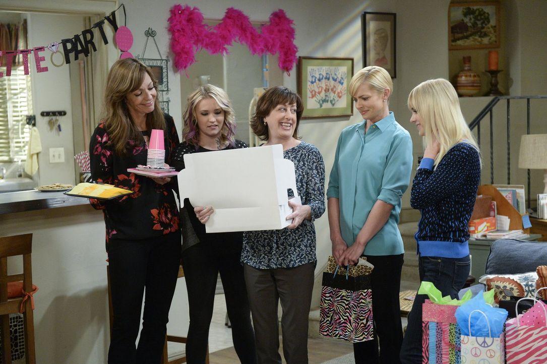 Als Christy (Anna Faris, r.) erfährt, dass Marjorie und Victor heiraten wollen, organisiert sie mit Bonnie (Allison Janney, l.), Jodi (Emily Osment,... - Bildquelle: 2015 Warner Bros. Entertainment, Inc.