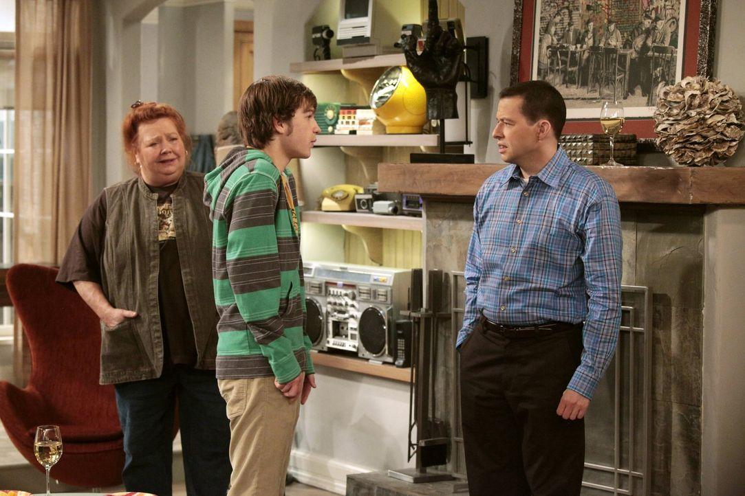 Jake (Angus T. Jones, M.) hat sich entschieden, zur Army zu gehen. Alan (Jon Cryer, r.) und Berta (Conchata Ferrell, l.) können diese Entscheidung a... - Bildquelle: Warner Brothers Entertainment Inc.