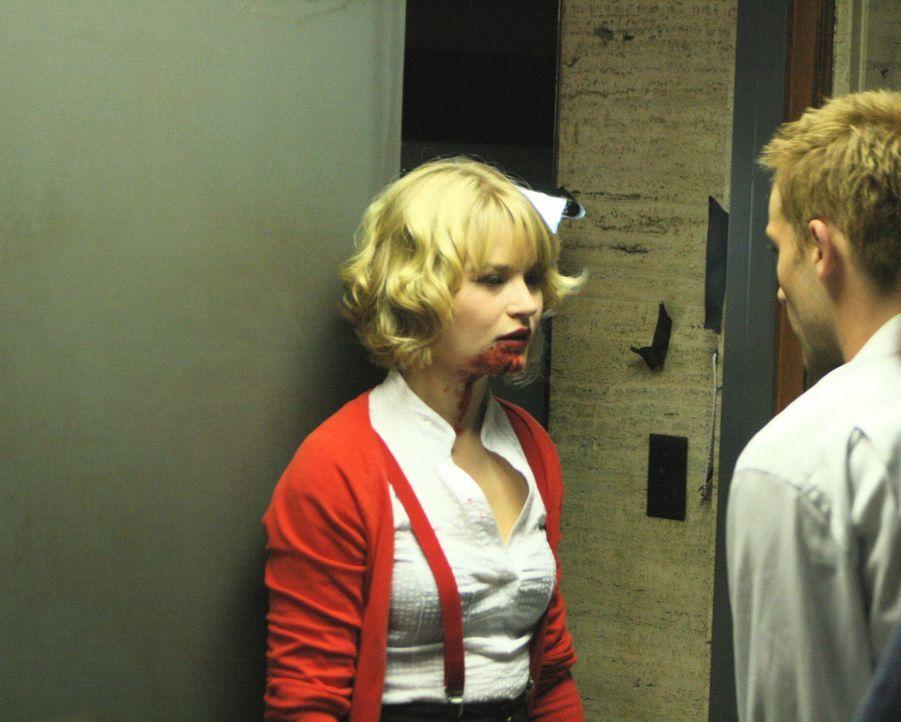 Gelingt es Fool (Joe Anderson, r.), die sehr gut trainierte Hierophant (Emilie de Ravin, l.) zu besiegen? - Bildquelle: Sony Pictures Television Inc. All Rights Reserved.