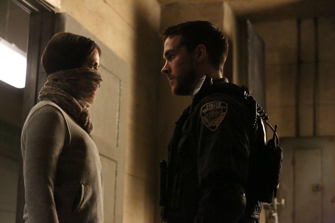 Als Teresa und Xander erkennen, dass einer ihrer Kidnapper krank ist, planen sie die Flucht aus dem Supermarkt, während Katie (Kristen Gutoskie, l.)... - Bildquelle: Warner Brothers