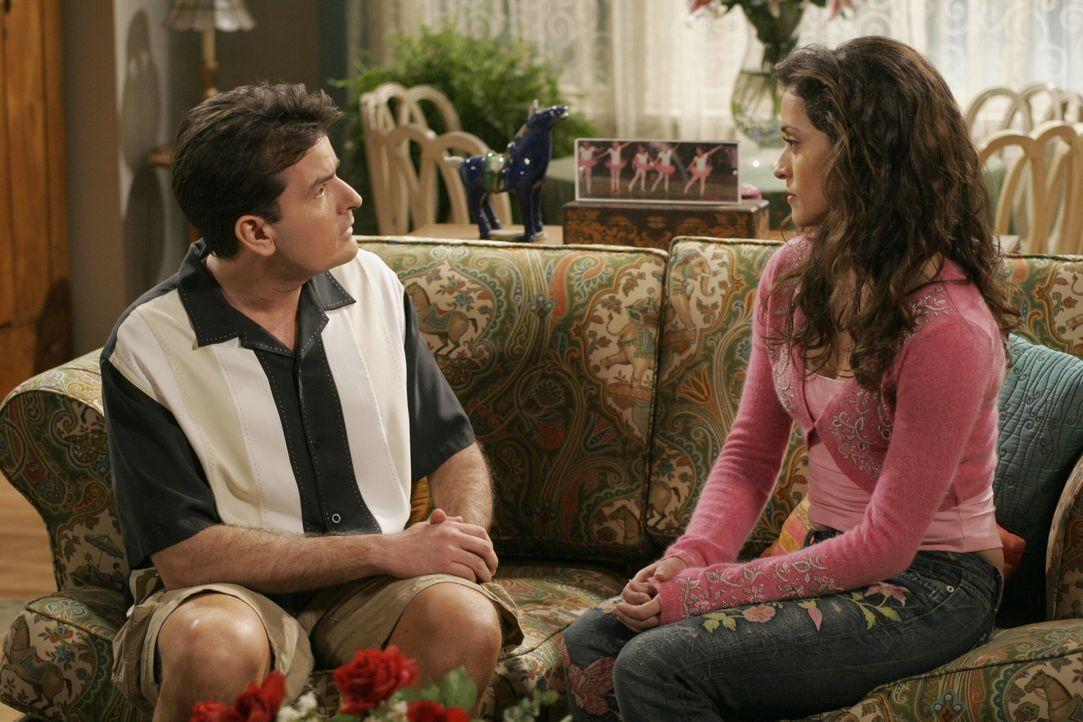 Hat ihre Liebe eine Chance? Charlie (Charlie Sheen, l.) und Mia (Emmanuelle Vaugier, r.) ... - Bildquelle: Warner Brothers Entertainment Inc.