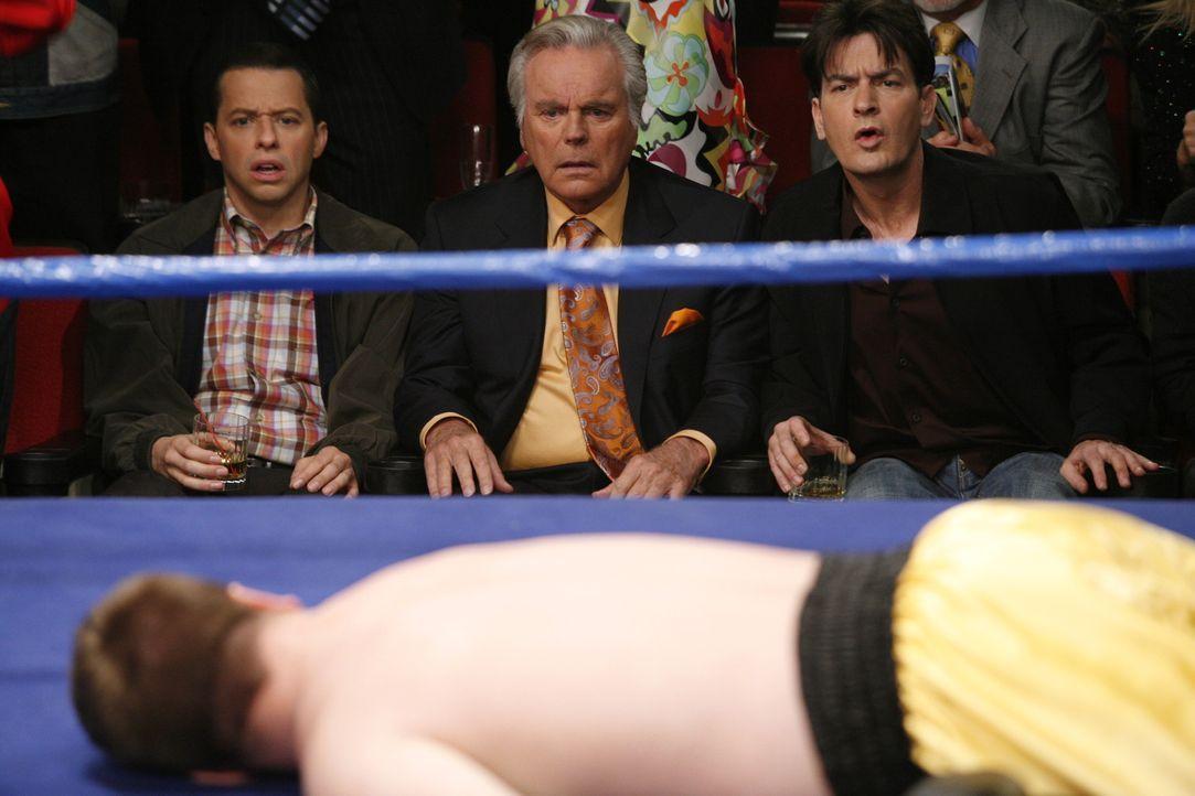 Charlie (Charlie Sheen, r.) und Alan (Jon Cryer, l.), lassen sich von Teddy (Robert Wagner, M.) zu einem Boxkampf in Las Vegas einladen und sind bee... - Bildquelle: Warner Brothers Entertainment Inc.