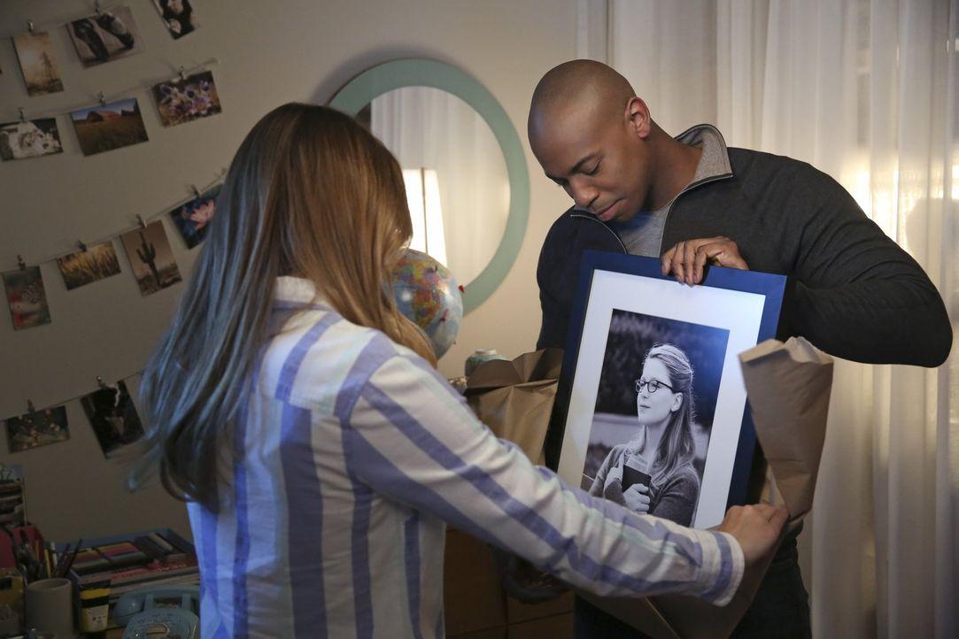 James (Mehcad Brooks, r.) überreicht Kara (Melissa Benoist, l.) ein sehr persönliches Geschenk. Wird er ihr sagen, was er für sie empfindet? - Bildquelle: 2015 Warner Bros. Entertainment, Inc.