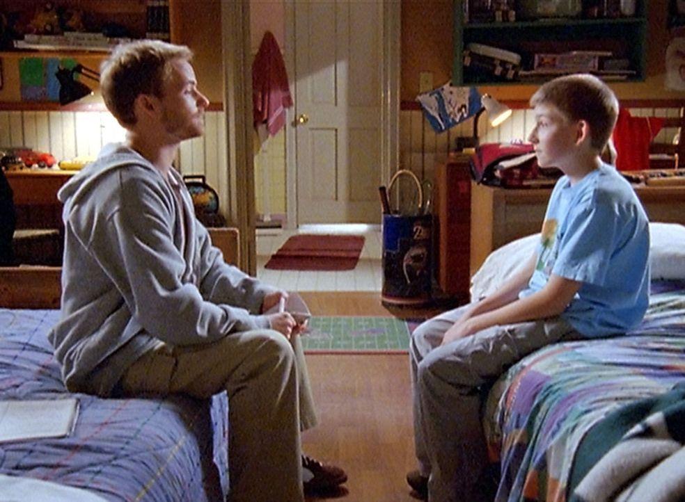 Dewey (Erik Per Sullivan, r.) ist stolz, als sein ältester Bruder Francis (Christopher Masterson, l.) Zeit mit ihm verbringen will, doch in Wirklich... - Bildquelle: TM &   2005 - 2006 Twentieth Century Fox Film Corporation and Regency Entertainment (USA), Inc.