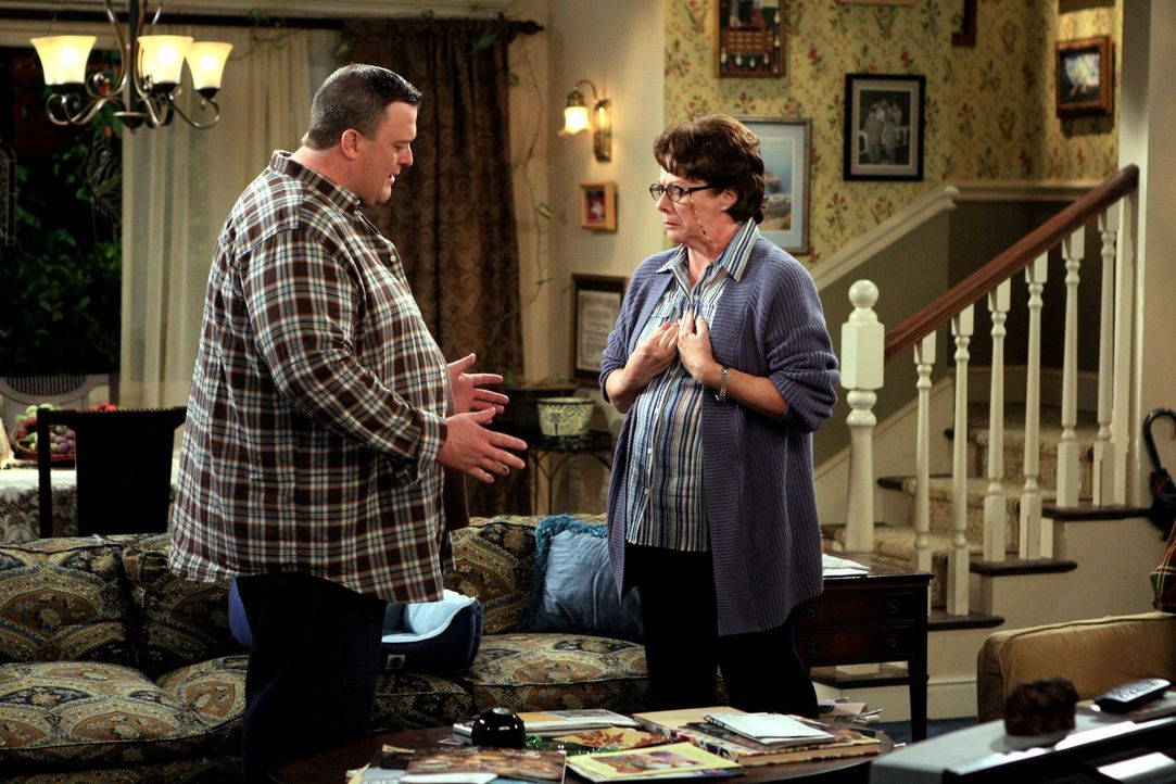 Mike (Billy Gardell, l.) und Molly sind bei Peggy, da sie erfahren haben, dass Peggy (Rondi Reed, r.) einen Mann aus ihrer Kirchengemeinde eingelade... - Bildquelle: 2010 CBS Broadcasting Inc. All Rights Reserved.
