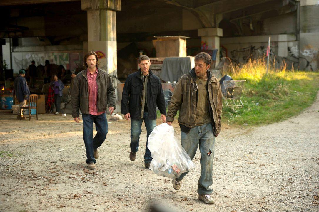 Ohne es zu ahnen führen Sam (Jared Padalecki, l.) und Dean (Jensen Ackles, M.) durch die Befragung von Vagrant (Stefano Giulianetti, r.) auch einen... - Bildquelle: 2013 Warner Brothers