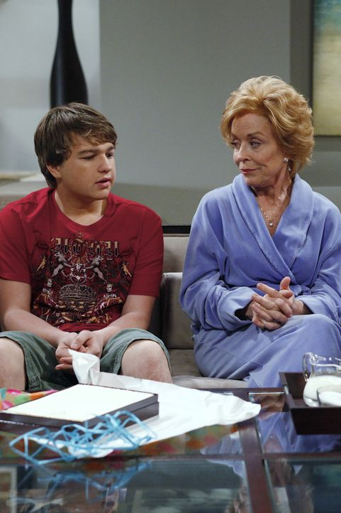 Charlie kommt betrunken nach Hause und zerstört Jake (Angus T. Jones, l.) ein Date mit dessen neuer Freundin. Jake verspricht, sich zu rächen. Da... - Bildquelle: Warner Bros. Television