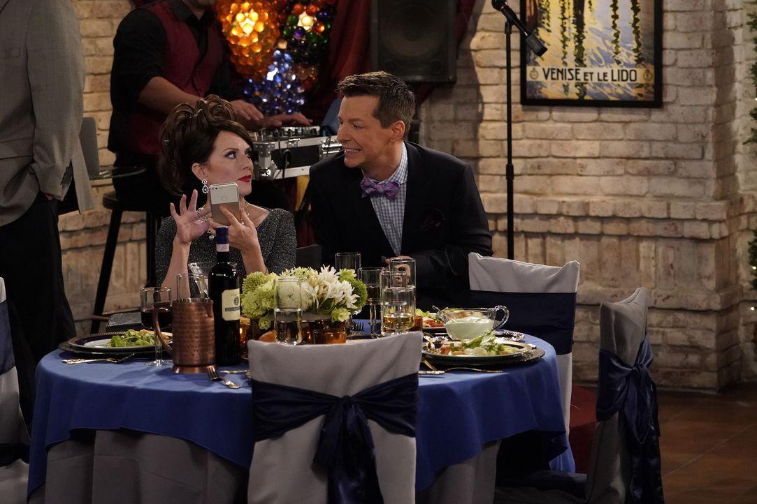 Beschäftigen sich auf der Hochzeit eines Bekannten mit ganz unterschiedlichen Themen: Karen (Megan Mullally, l.) und Jack (Sean Hayes, r.) ... - Bildquelle: Chris Haston 2017 NBCUniversal Media, LLC / Chris Haston
