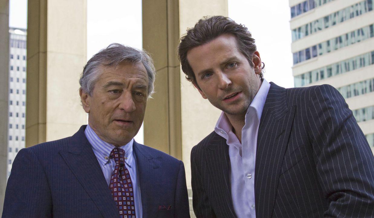 Welche Macht können Carl Van Loon ( Robert De Niro, l.) und Eddie Morra (Bradley Cooper, r.) dank der Pille NZT-48 erlangen? - Bildquelle: 2011 Concorde Filmverleih GmbH