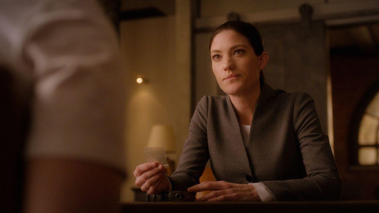Rebecca (Jennifer Carpenter) möchte von Brian die Wahrheit wissen und schluckt deswegen ihre erste NZT-Pille, um sicher zu gehen, dass Brian sie nic... - Bildquelle: 2016 CBS Broadcasting, Inc. All Rights Reserved