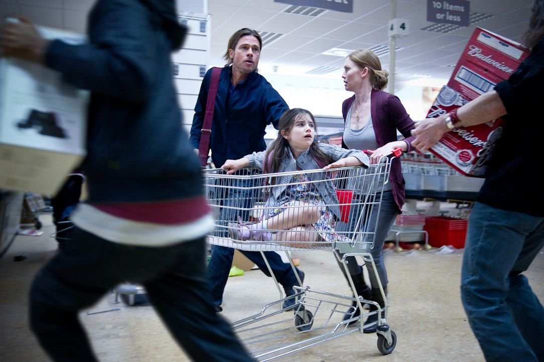 Inmitten der Zombieapokalypse die eigene Tochter im Tumult verlieren: Ein Alptraum, aus denen Gerry (Brad Pitt, l.), Constance (Sterling Jerins, M.)... - Bildquelle: 2013 Paramount Pictures.  All Rights Reserved.