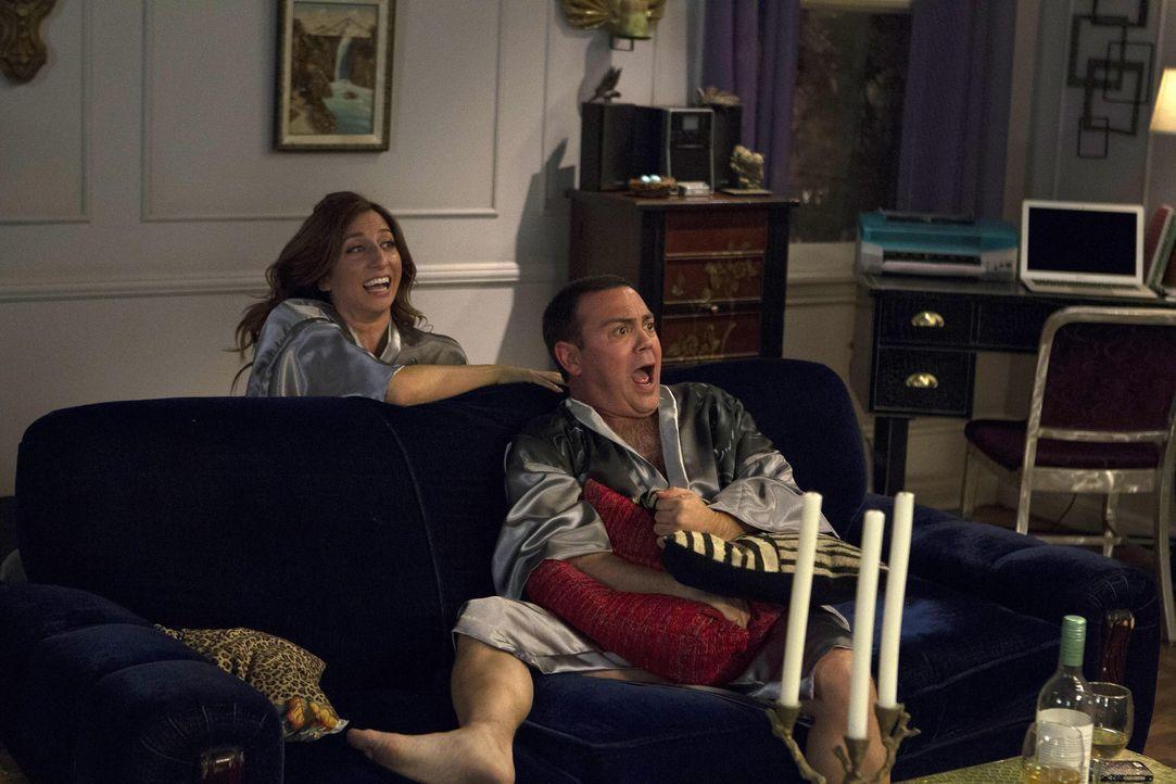 Gina Linetti (Chelsea Peretti, l.); Charles Boyle (Joe Lo Truglio, r.) - Bildquelle: John Fleenor 2014 UNIVERSAL TELEVISION LLC. All rights reserved / John Fleenor