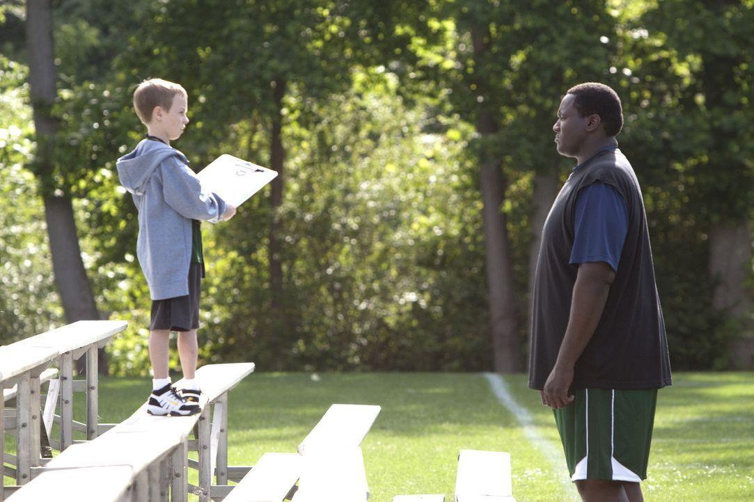 In der neuen Familie findet Michael (Quinton Aaron, r.) schon bald große Unterstützung: SJ (Jae Head, l.) steht seinem älteren Pflegebruder mit B... - Bildquelle: Warner Brothers
