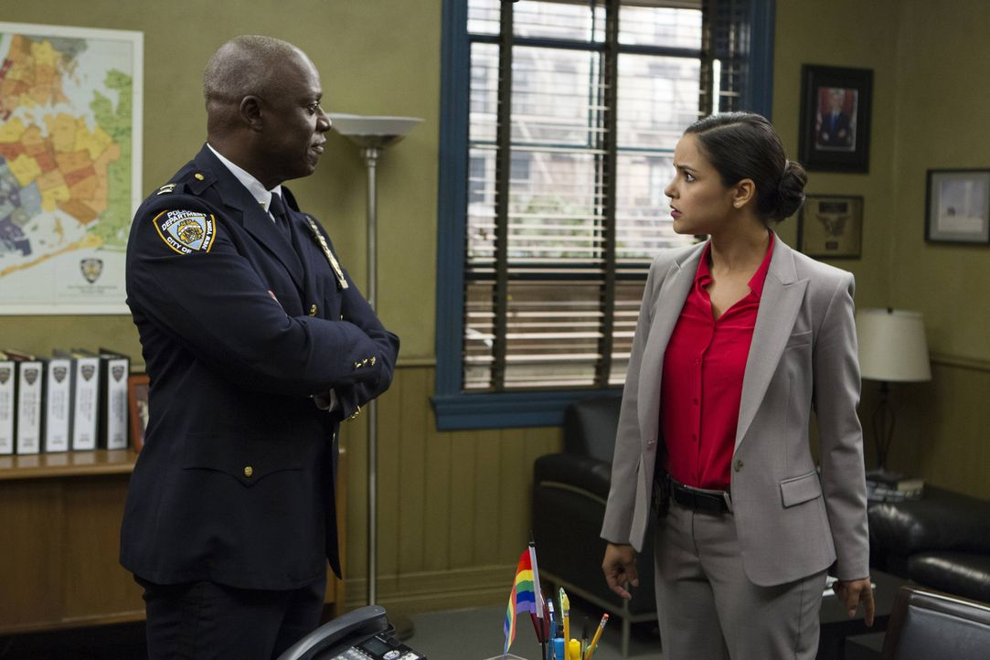 Captain Ray Holt (Andre Braugher, l.); Amy Santiago (Melissa Fumero, r.) - Bildquelle: John Fleenor 2014 UNIVERSAL TELEVISION LLC. All rights reserved / John Fleenor