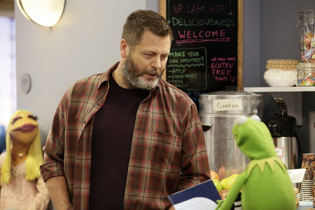 Kermit (r.) findet die neuen Sketche von Fozzie schrecklich - dieser ist darüber so enttäuscht, dass er kündigt. Für ihn kommt Nick Offerman (l.) in... - Bildquelle: Nicole Wilder ABC Studios