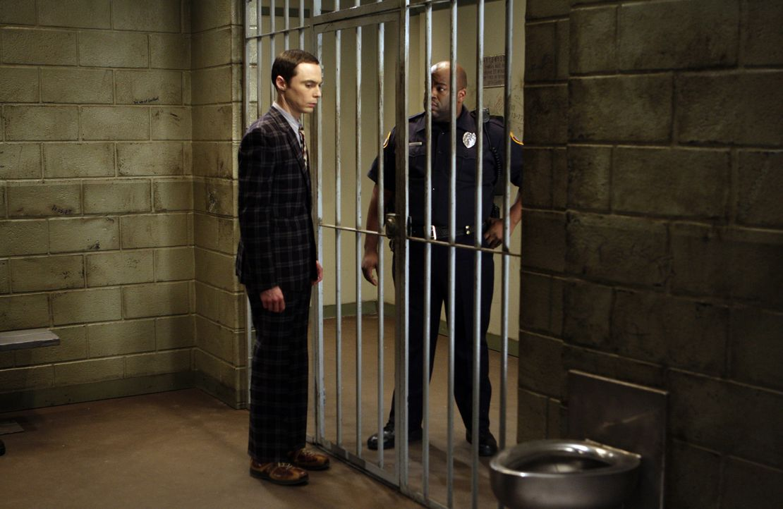 Sheldon (Jim Parsons, l.) weigert sich, das Bußgeld zu bezahlen und verteidigt sich vor Gericht selbst, beleidigt dabei aber Richter Kirby. Nun mus... - Bildquelle: Warner Bros. Television