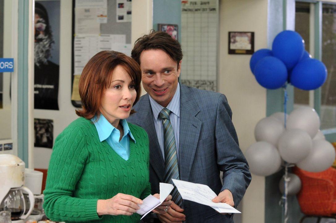 Bob (Chris Kattan, r.) steht Frankie (Patricia Heaton, l.) in schwierigen Momenten in der Arbeit zur Seite ... - Bildquelle: Warner Brothers