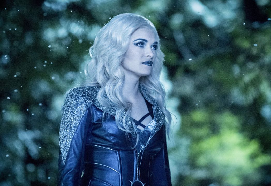 Caitlin alias Killer Frost (Danielle Panabaker) wagt einen gefährlichen Schritt und redet Savitar ins Gewissen, doch schlussendlich gewinnt Killer F... - Bildquelle: 2016 Warner Bros.