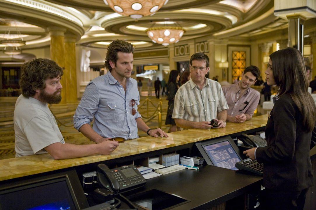 Doug (Justin Bartha, 2.v.r.) bricht mit seinen Freunden zu einem Junggesellenabschied nach Las Vegas auf. Neben dem Zahnarzt Stu (Ed Helms, M.), der... - Bildquelle: Warner Brothers