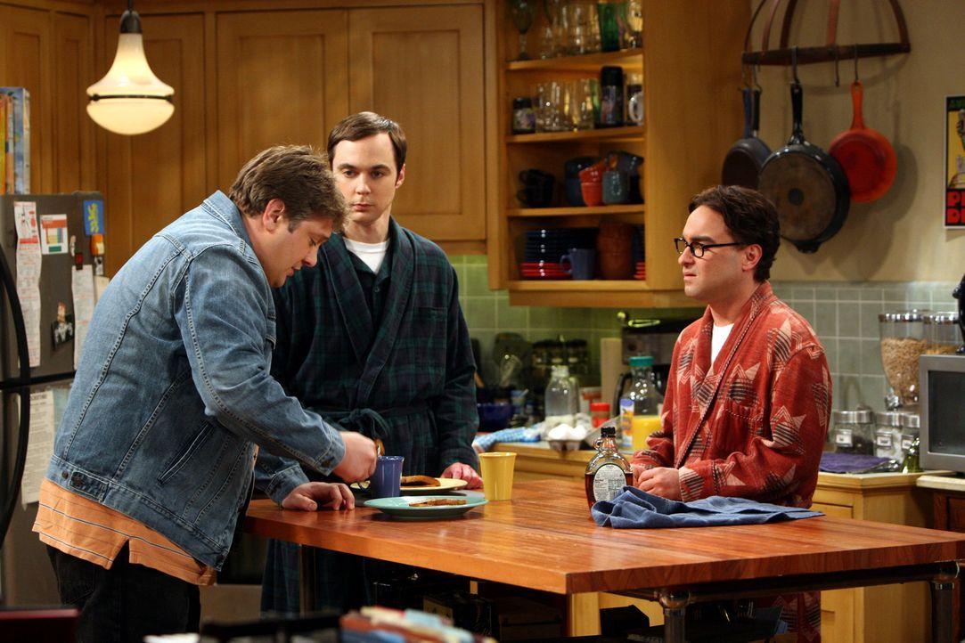 Leonard (Johnny Galecki, r.) ist irritiert, als sich Jimmy Speckerman (Lance Barber, l.), der Schüler, der ihn während der Highschool-Zeit auf übels... - Bildquelle: Warner Bros. Television