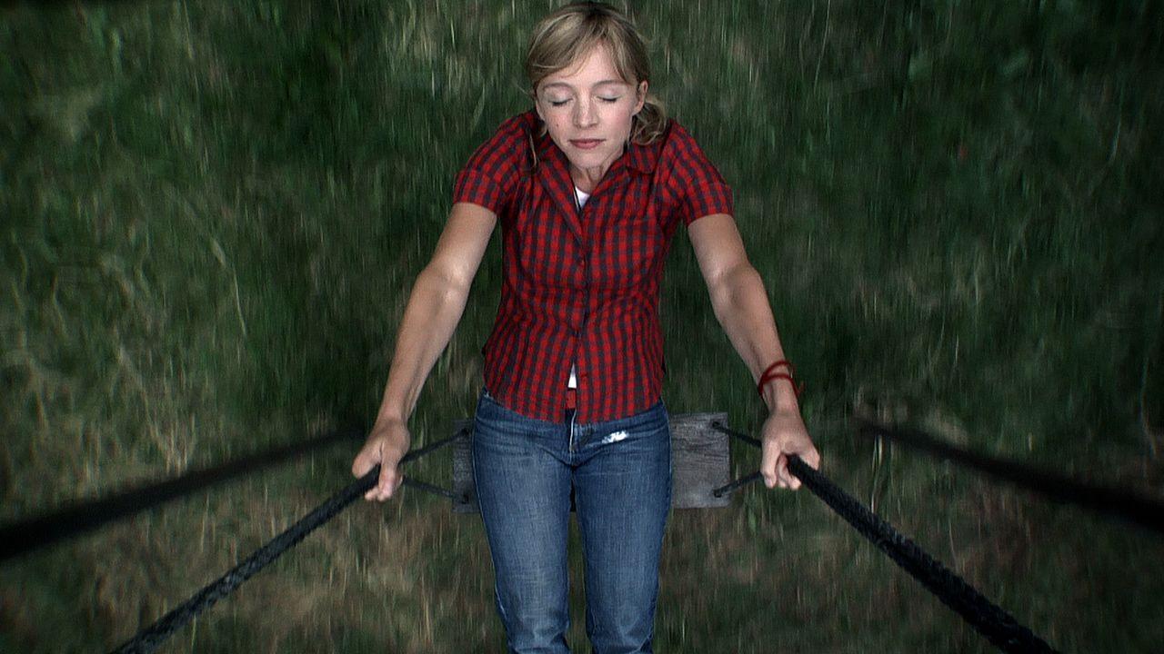 """Der Urlaub in der einsamen Hütte mitten im Schwarzwald soll für Eva (Johanna Klante) und ihre Freunde ein Abenteuer werden, sozusagen ein Leben """"w..."""