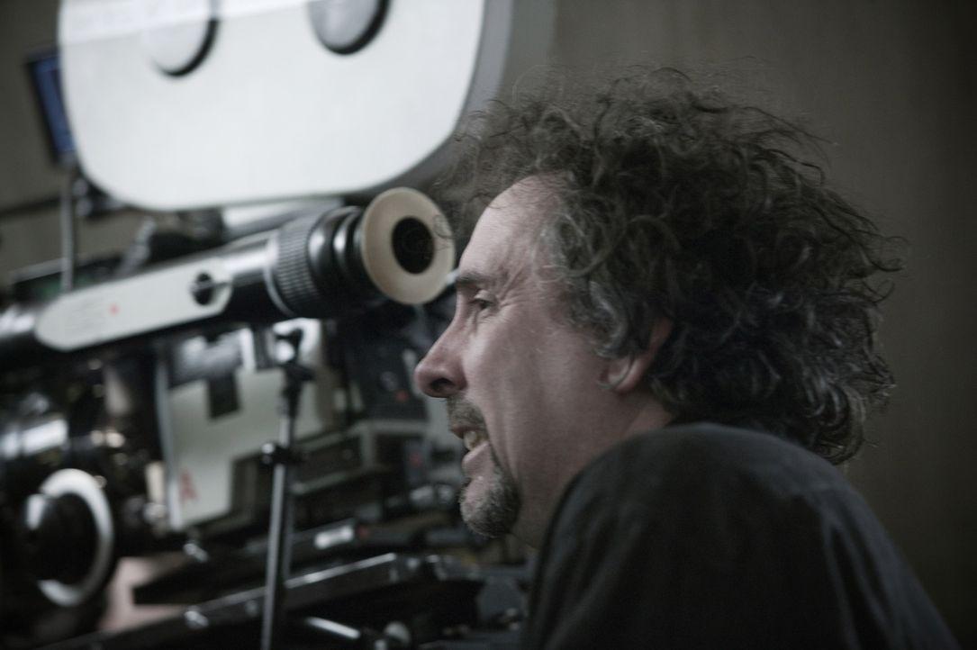 Regisseur Tim Burton ist immer mitten im Geschehen zu finden. - Bildquelle: Warner Bros.