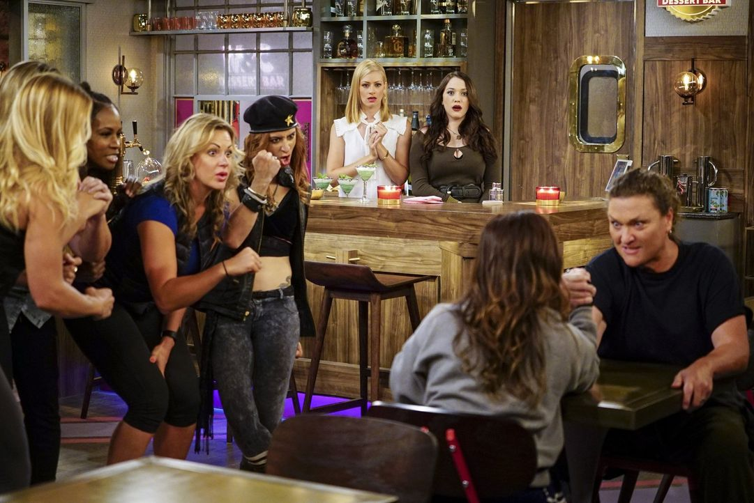Eigentlich wollten Caroline (Beth Behrs, hinten l.) und Max (Kat Dennings, hinten r.) in ihrer Dessert-Bar ein erhobeneres Klientel beherbergen, doc... - Bildquelle: Warner Bros. Television