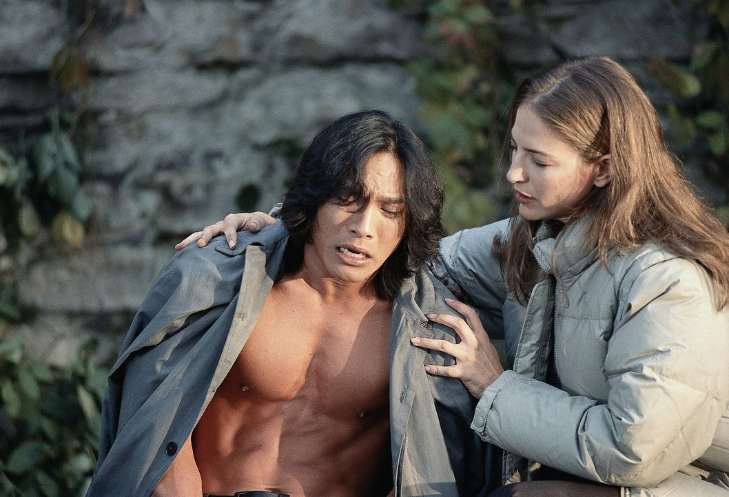 Überraschend erhält Pater Uffizi (Jason Scott Lee, l.) Unterstützung in seinem Kampf gegen Dracula: Die mutige Reporterin Julia (Alexandra Wescourt,... - Bildquelle: Buena Vista Home Entertainment, Inc. All rights reserved