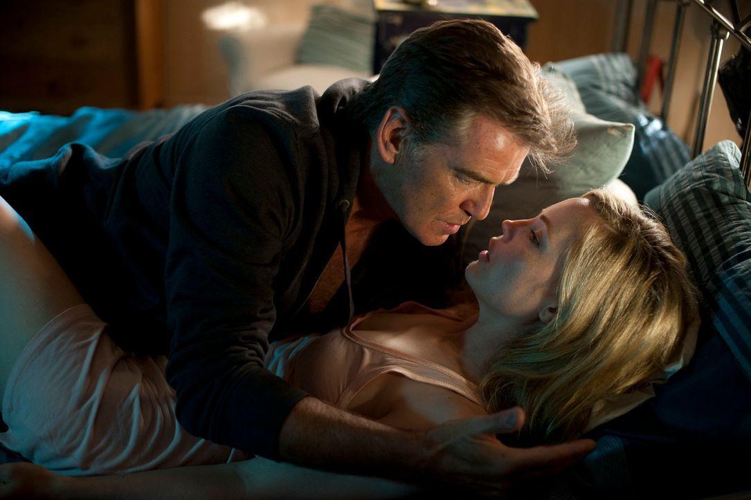 Noch will sich Mike (Pierce Brosnan, l.) nicht eingestehen, dass er eine tiefe Bindung zu Mattie (Melissa George, r.) und ihrer Tochter entwickelt h... - Bildquelle: 2011 Sony Pictures Television Inc. All Rights Reserved.