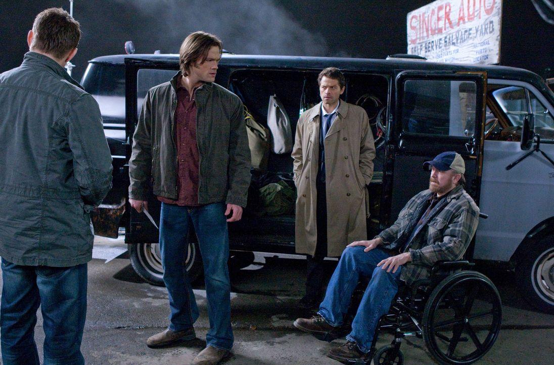 Im Kampf gegen das Böse: Dean (Jensen Ackles, l.), Sam (Jared Padalecki, 2.v.l.), Castiel (Misha Collins, 2.v.r.) und Bobby (Jim Beaver, r.) ... - Bildquelle: Warner Brothers